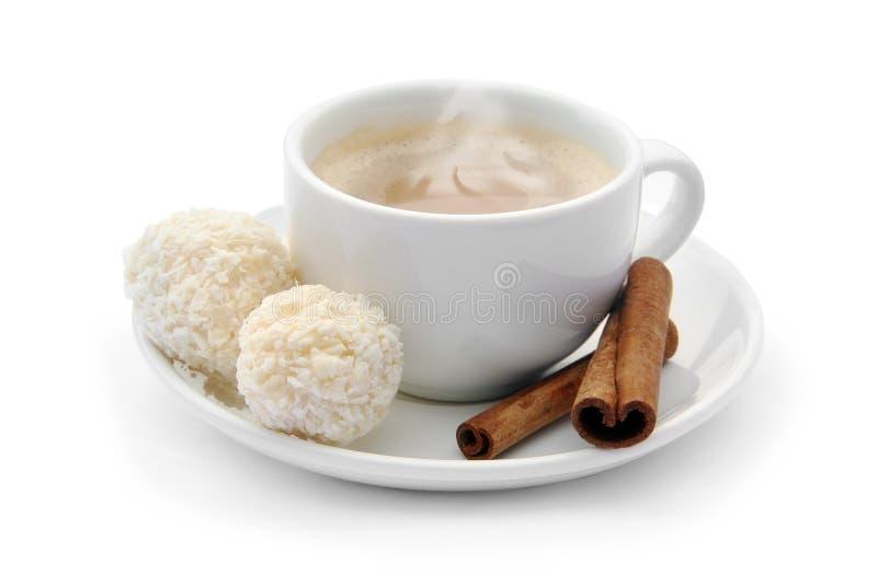 Xícara de café com doces e canela de chocolate fotografia de stock