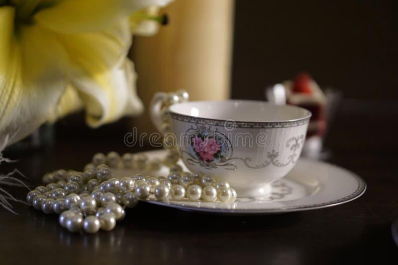 Xícara de café com lírio da flor e joia 002 imagem de stock royalty free