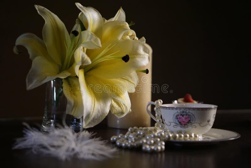 Xícara de café com lírio da flor e joia 001 foto de stock royalty free