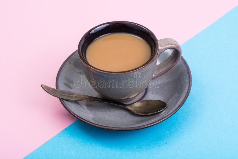 Xícara de café com leite no fundo pastel fotos de stock royalty free