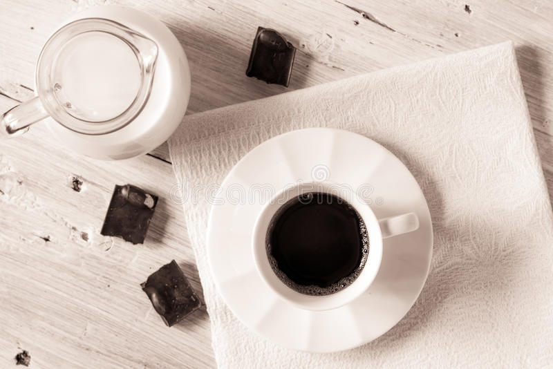 Xícara de café com o jarro de leite e de chocolate na opinião de tampo da mesa branca imagem de stock royalty free
