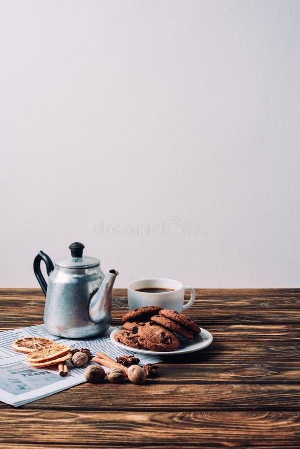 xícara de café com o potenciômetro e as especiarias do metal do vintage em rústico imagem de stock royalty free