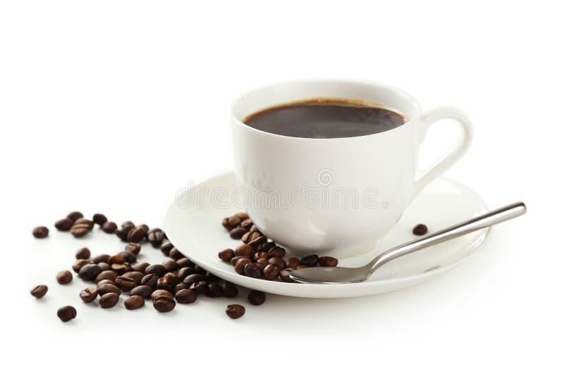Xícara de café com os feijões de café isolados em um branco imagens de stock