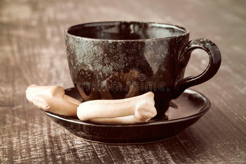 Xícara de café com pretzeis imagem de stock