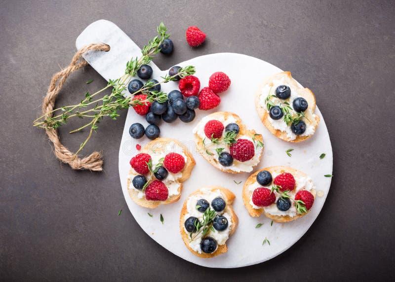 Xícara de café com sanduíches do fruto imagens de stock royalty free
