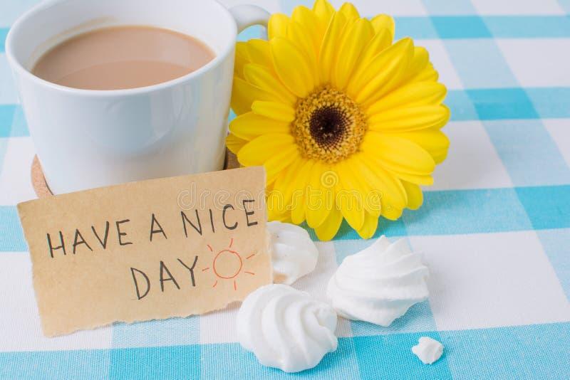 A xícara de café com tem uma mensagem do dia agradável fotos de stock royalty free