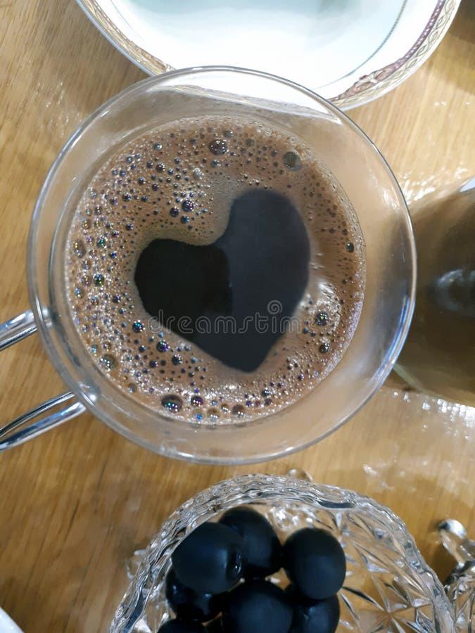 Xícara de café com um teste padrão do coração espumoso imagem de stock