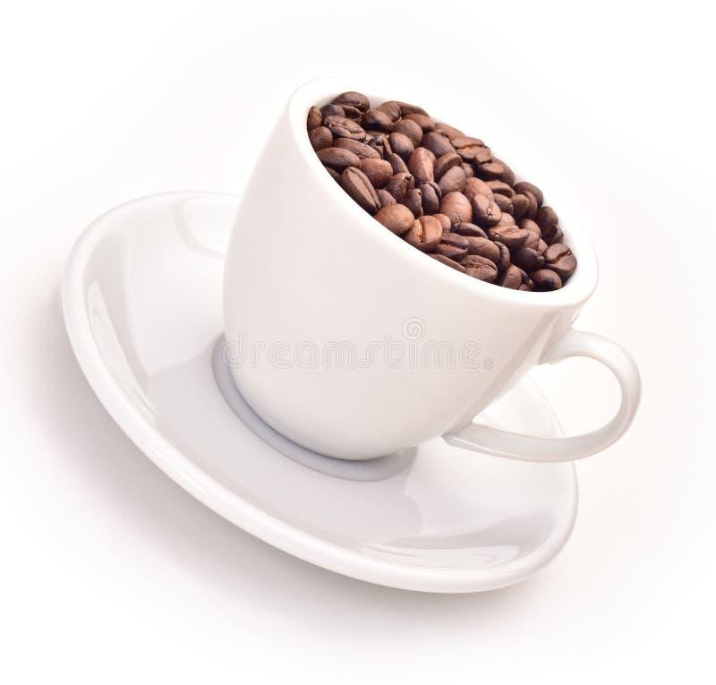 Xícara de café completamente de feijões de café imagens de stock