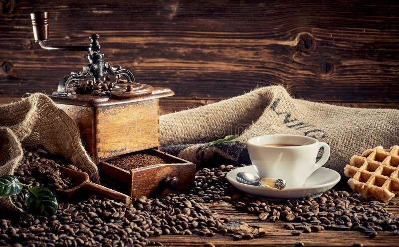 Xícara de café da manhã com waffle e moedor fotografia de stock royalty free