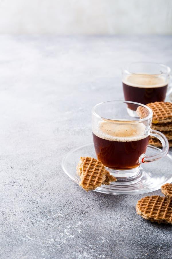 Xícara de café de vidro com cookies do amaretti imagens de stock