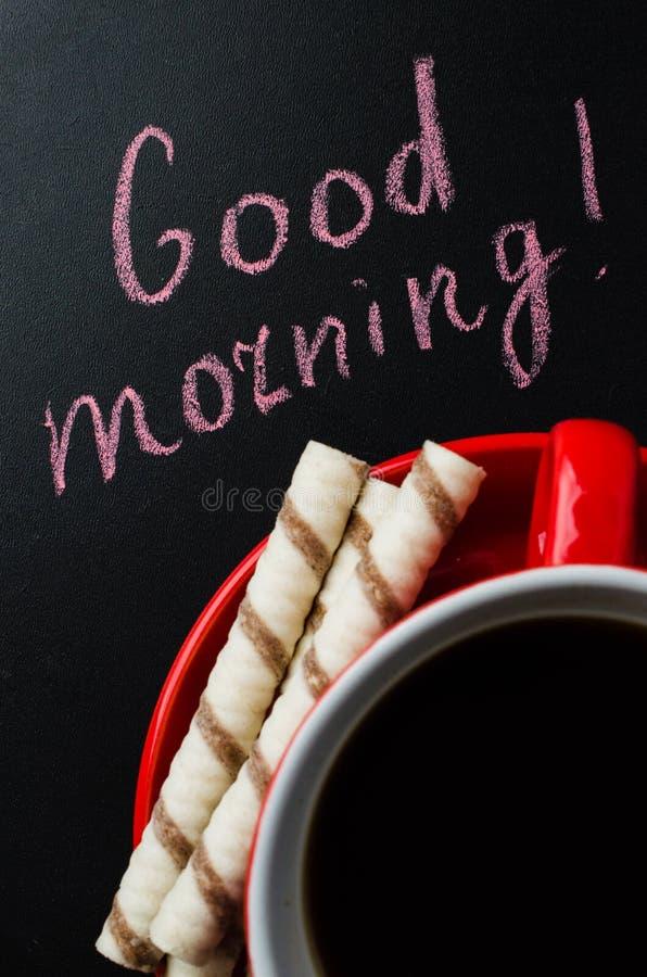 Xícara de café e cookie em um fundo escuro foto de stock