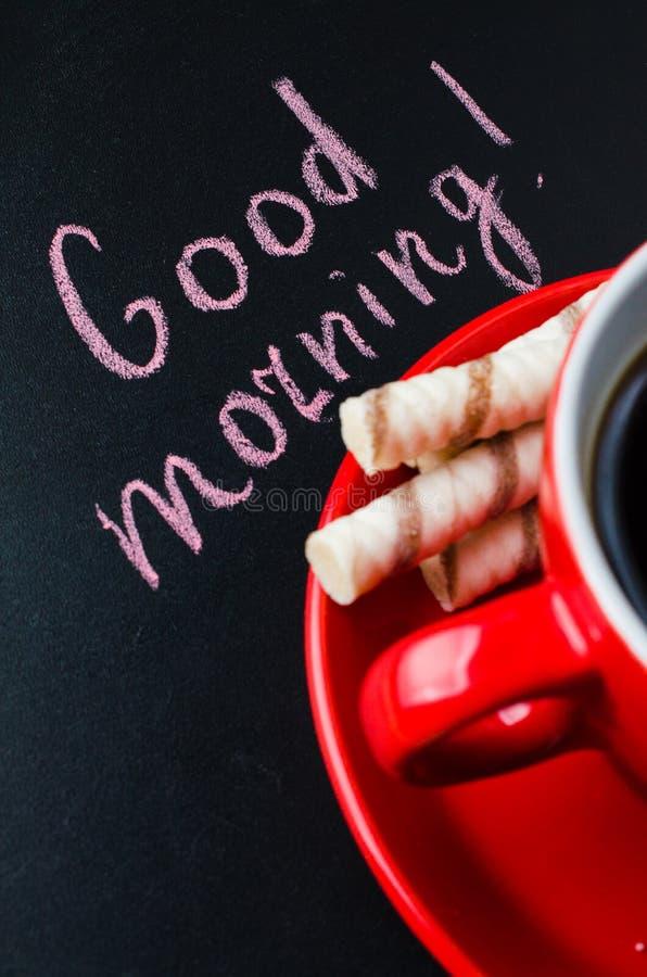 Xícara de café e cookie em um fundo escuro foto de stock royalty free