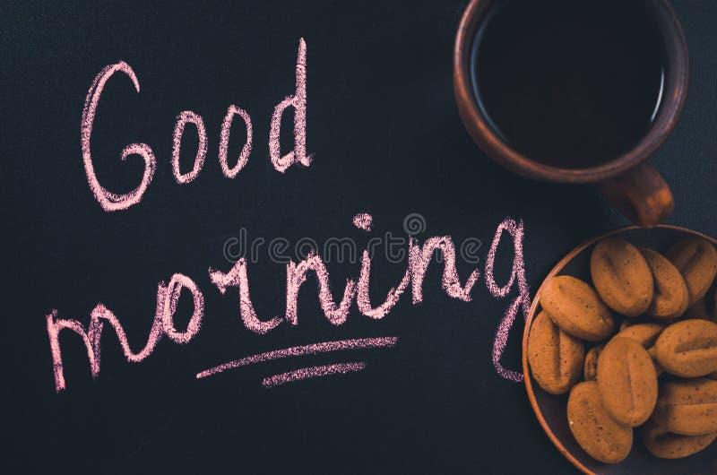 Xícara de café e cookie em um fundo escuro Bom dia da inscrição imagens de stock