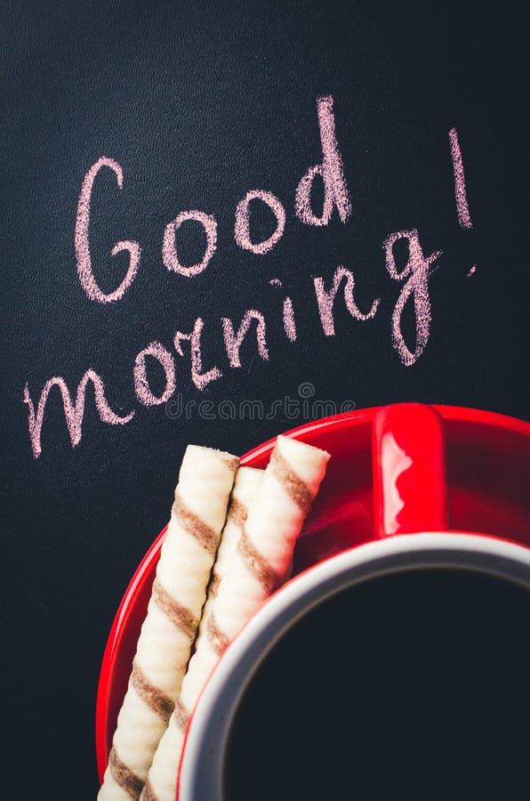 Xícara de café e cookie em um fundo escuro Bom dia da inscrição fotos de stock