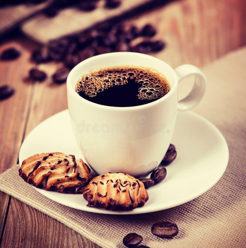 Xícara de café e cookies na tabela St retro do moderno do vintage fotos de stock royalty free