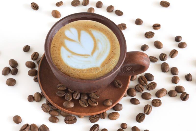 Xícara de café, e feijões de café para fechar-se acima em um fundo branco fotografia de stock