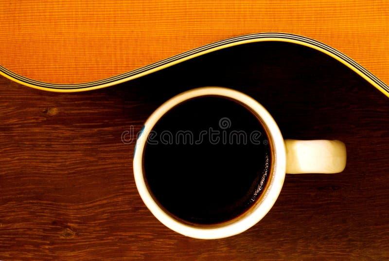 Xícara de café e guitarra acústica imagem de stock royalty free