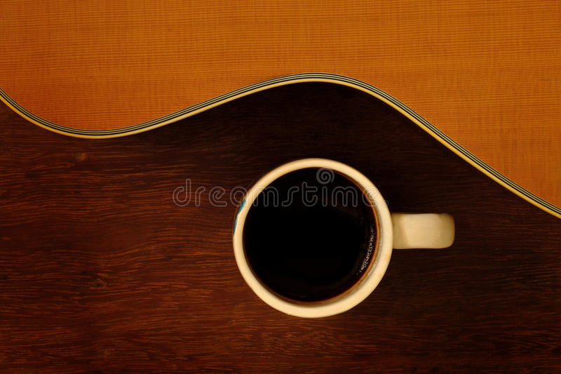 Xícara de café e guitarra acústica foto de stock royalty free