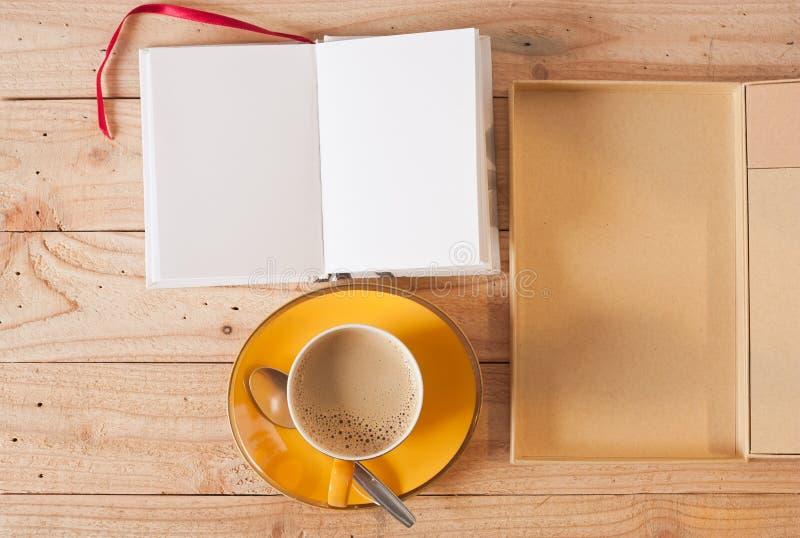 Xícara de café e nota amarelas foto de stock royalty free