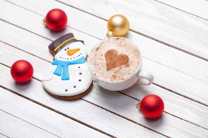 Xícara de café e pão-de-espécie do Natal fotos de stock