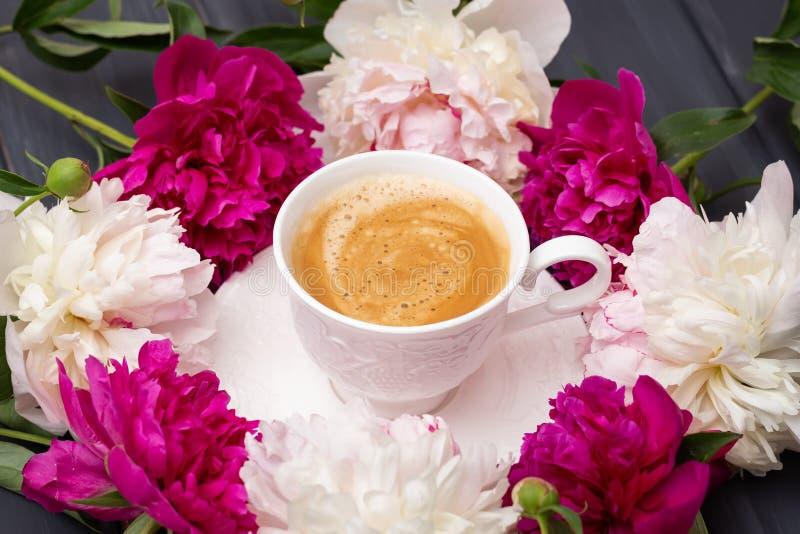 Xícara de café e peônia imagens de stock