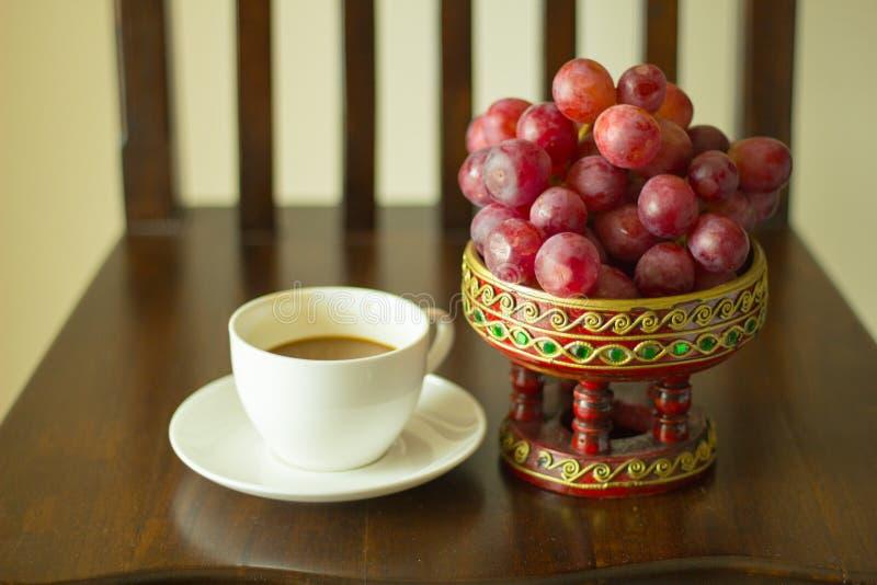 Xícara de café e uvas imagem de stock royalty free