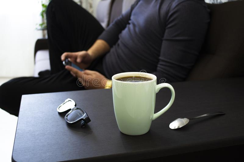 Xícara de café em casa no trabalho imagem de stock