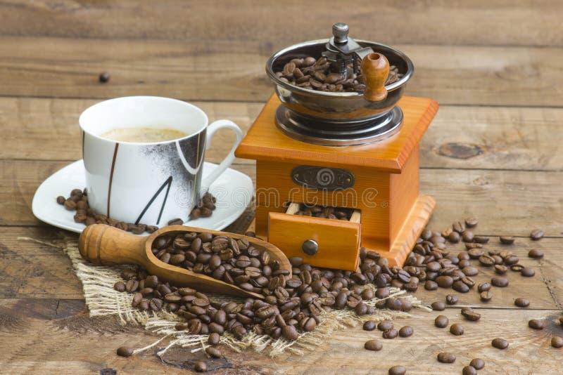 Xícara de café, feijões de café e moedor de café velho fotografia de stock royalty free