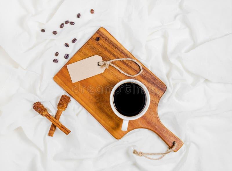 Xícara de café na cama fotos de stock royalty free
