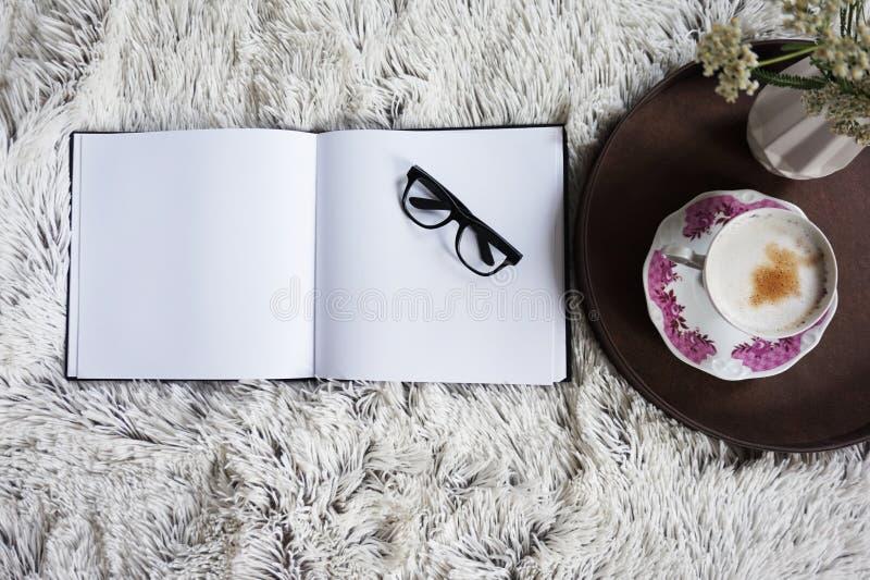 Xícara de café na cama com uma cobertura acolhedor imagem de stock