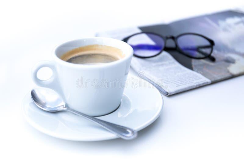 Xícara de café na manhã com jornal e vidros imagem de stock royalty free