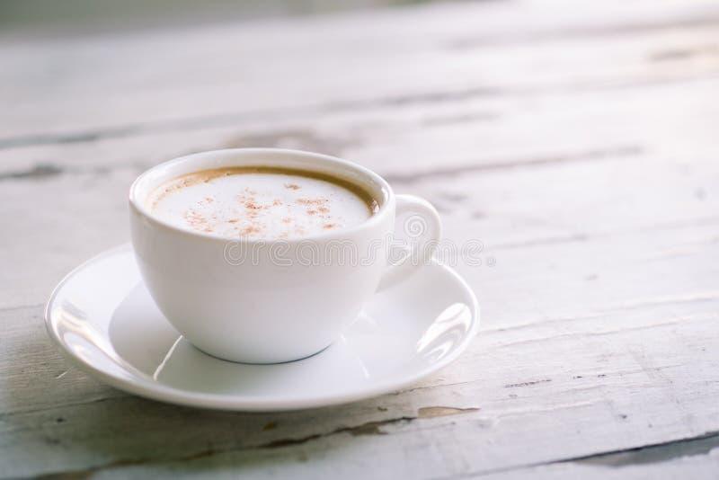 Xícara de café na tabela branca fotografia de stock