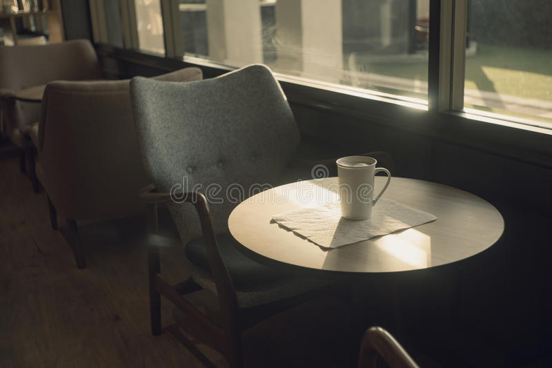 Xícara de café na tabela no café Tom da cor do vintage foto de stock