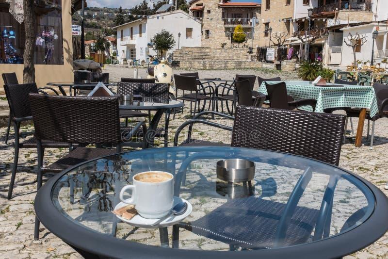 Xícara de café na vila de Omodos, Chipre fotografia de stock