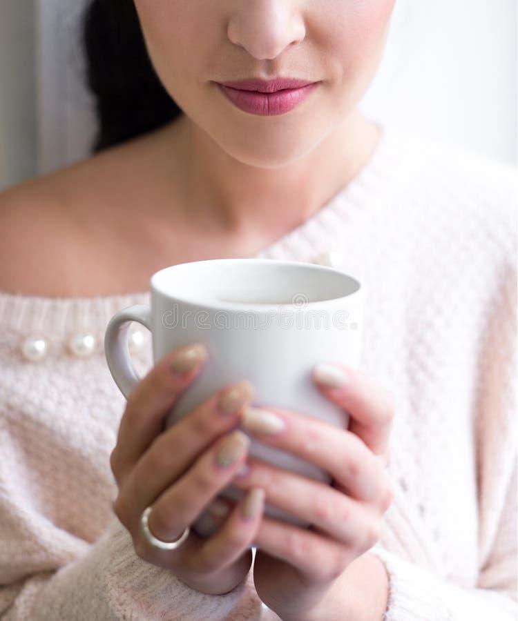 Xícara de café nas mãos fêmeas imagem de stock royalty free