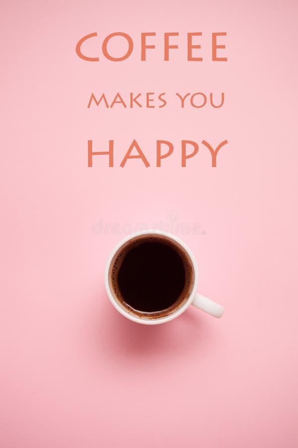 Xícara de café no fundo pastel com citações fotografia de stock
