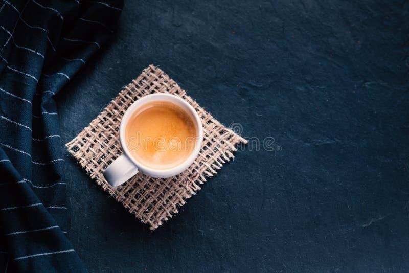 Xícara de café no meio dos feijões de café com biscoitos e toalha de mesa Produto Grained Bebida quente Fim acima Colheita Natura fotografia de stock