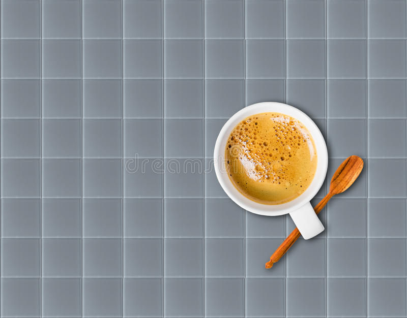 Xícara de café no vidro cinzento fotografia de stock royalty free
