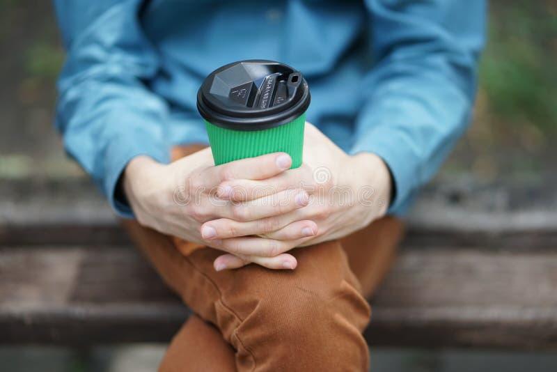 Xícara de café de papel fora fotos de stock royalty free
