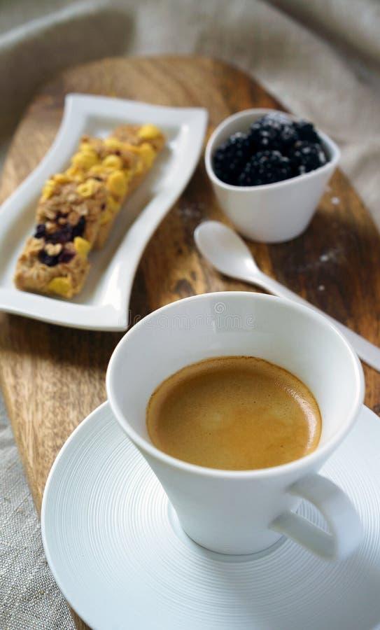 Xícara de café saudável do café da manhã e cookies doces com os flocos e as amoras-pretas de milho das passas Cookies na toalha d fotos de stock royalty free