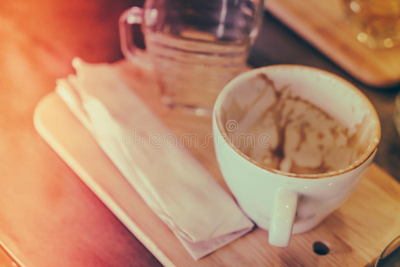 Xícara de café vazia na tabela de madeira (v processado imagem filtrado foto de stock royalty free
