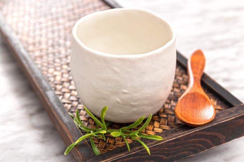 Xícara de chá cerâmica em uma bandeja de madeira imagem de stock royalty free