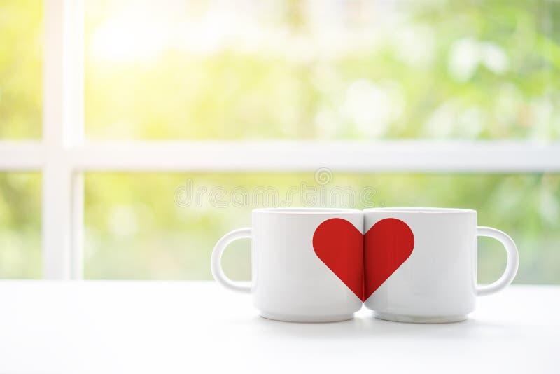 Xícaras de café ou chá das canecas para a manhã do casamento da lua de mel de dois amantes na cafetaria com natureza verde no fun fotos de stock royalty free