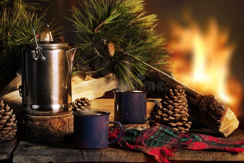 Xícaras de café pela fogueira fotos de stock royalty free