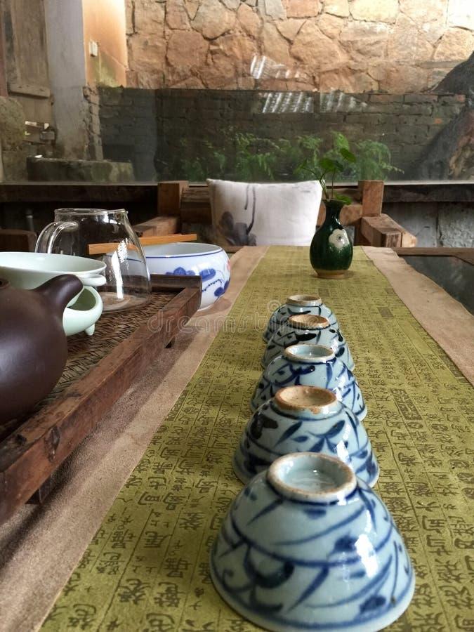 Xícaras de chá na tabela chinesa da caligrafia fotografia de stock