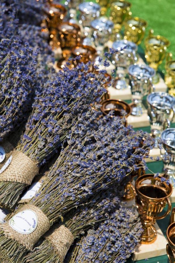 Xícaras de prêmios e bouquets de lavanda fotografia de stock
