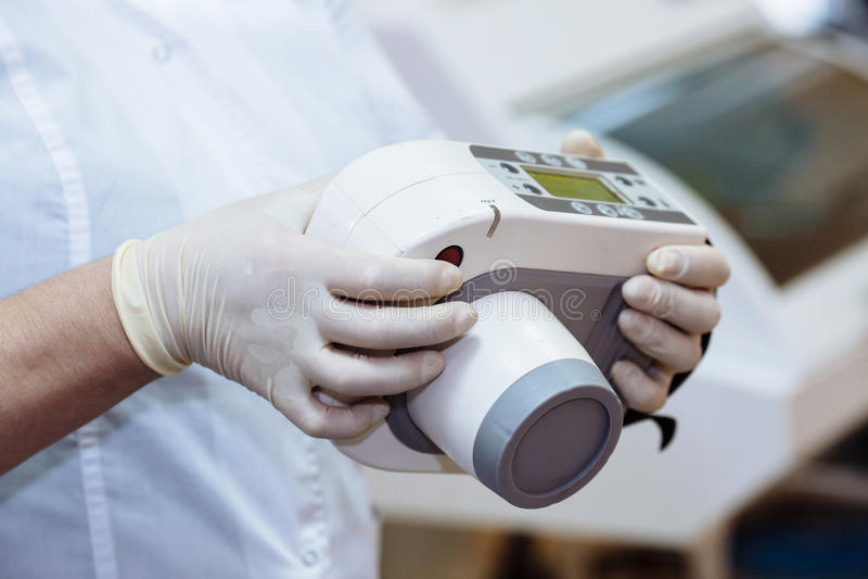 X射线辐射设备在牙医设备,医疗仪器的手上 健康的概念 库存图片