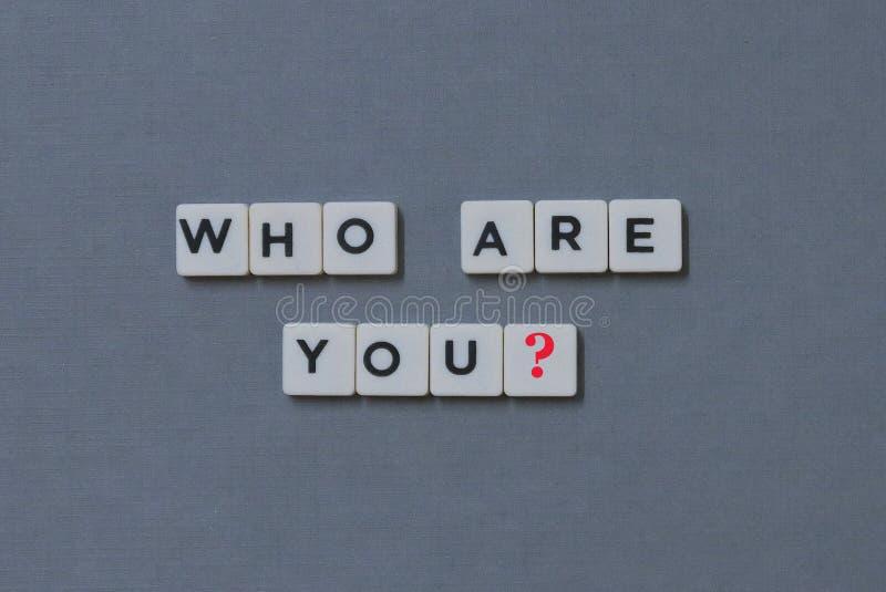 ' ¿Quién son usted? ' palabra hecha de palabra cuadrada de la letra en fondo gris imagen de archivo