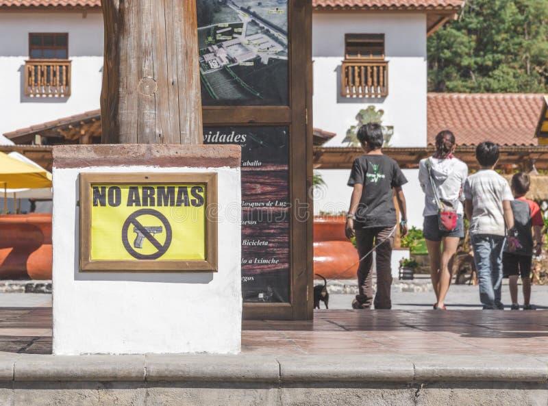 & x27 & x27 Κανένα Armas& x27 & x27  Σημάδι κοντά στα παιδιά στη Γουατεμάλα στοκ εικόνες με δικαίωμα ελεύθερης χρήσης