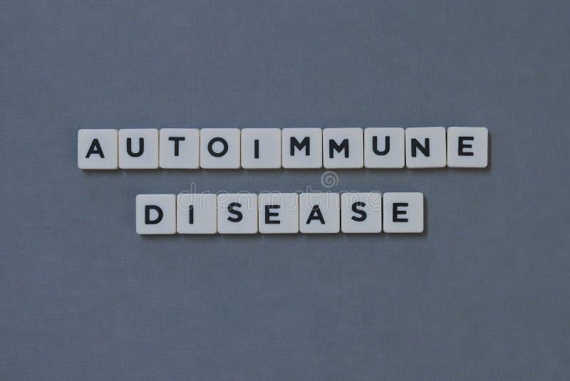& x27; Аутоиммунная болезнь & x27; слово сделанное квадратного слова письма на серой предпосылке стоковые изображения rf